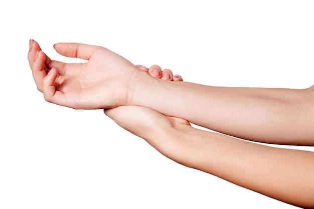 Молодая женщина с болью в руке