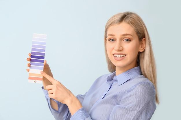 색상에 페인트 팔레트와 젊은 여자