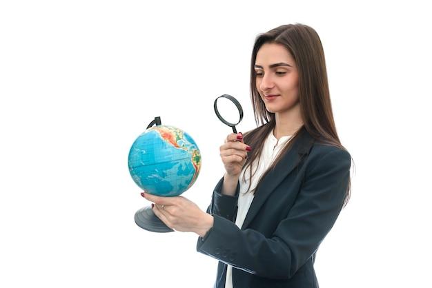 Молодая женщина с ручкой и глобус изолированы