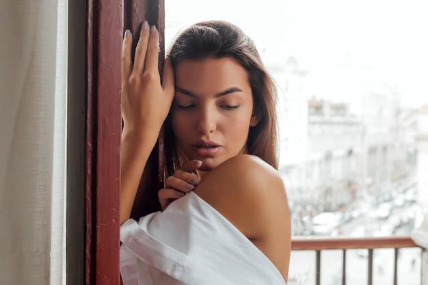 Молодая женщина с идеальным телом и гладкой кожей