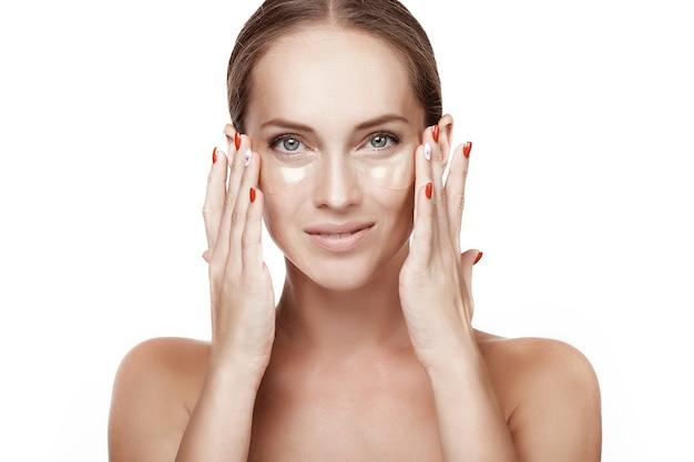 Молодая женщина с идеальной кожей с повязками на глазах