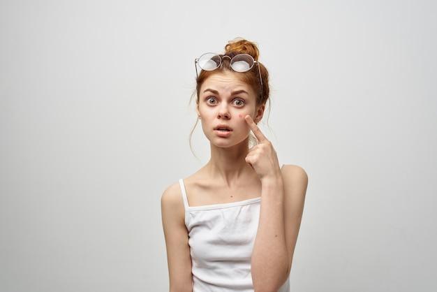 彼女の顔ににきびを持つ若い女性裸の肩モデルにきびの問題