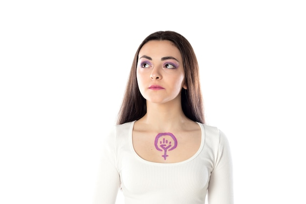 Молодая женщина с фиолетовым макияжем и концепцией феминистского активизма, опирающейся на ее тело, изолирована
