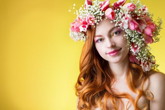 Молодая женщина с рыжими волосами в венке из тюльпанов