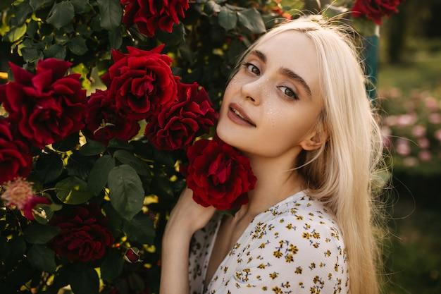 Молодая женщина с красными розами