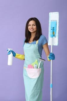 ゴム手袋をした若い女性、掃除の準備ができて