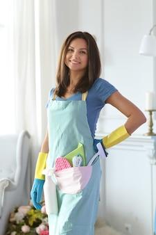 Молодая женщина с резиновыми перчатками, готовая к уборке