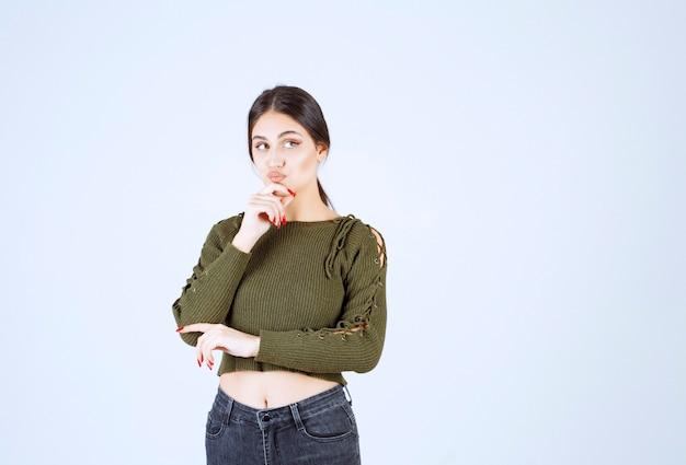 何かを考えている真面目な表情の若い女性