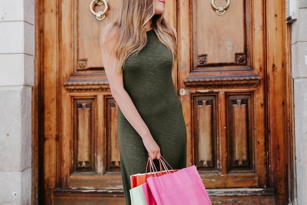Молодая женщина с сумок в прохладной позе