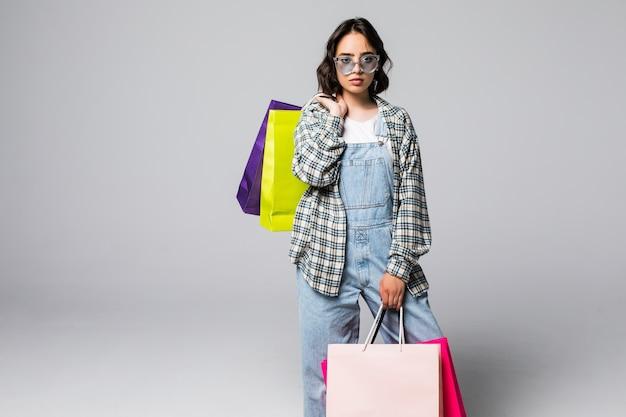 Молодая женщина с хозяйственными сумками. концепция продаж