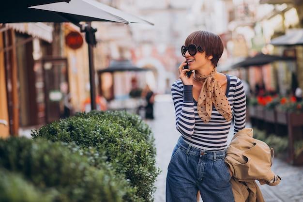 Giovane donna con i capelli corti tagliati a piedi in strada