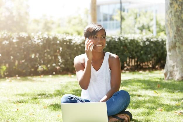 公園に座っている短い髪の若い女性