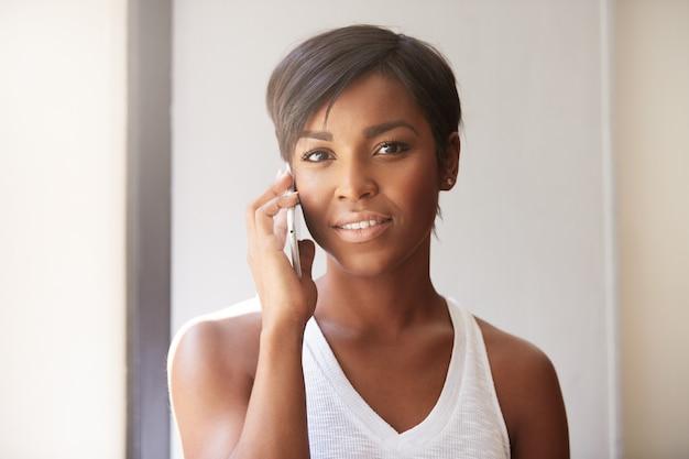 Giovane donna con i capelli corti, parlando al telefono