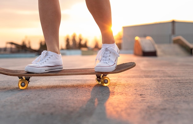 スケートボードの若い女性のクローズアップ