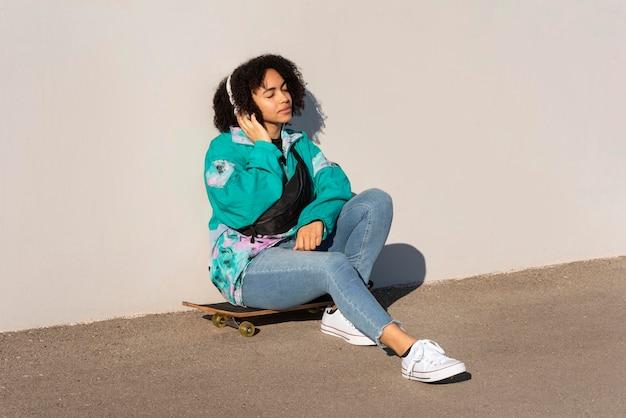 スケートボードの若い女性