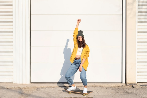 Молодая женщина со скейтбордом