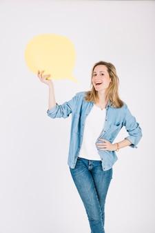 Молодая женщина с речевым воздушным шаром