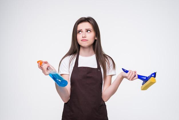 스폰지와 스프레이 젊은 여자. 집 청소 서비스 개념.