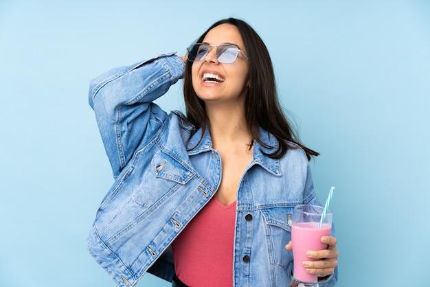 たくさん笑って孤立した青にイチゴミルクセーキと若い女性