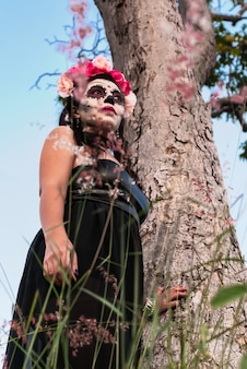 죽음의 날 설탕 해골 화장을 한 젊은 여성