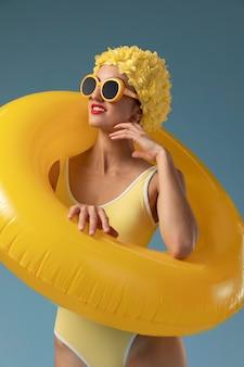Молодая женщина с плавательной шапочкой и очками