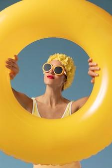 Молодая женщина с шапочкой для плавания