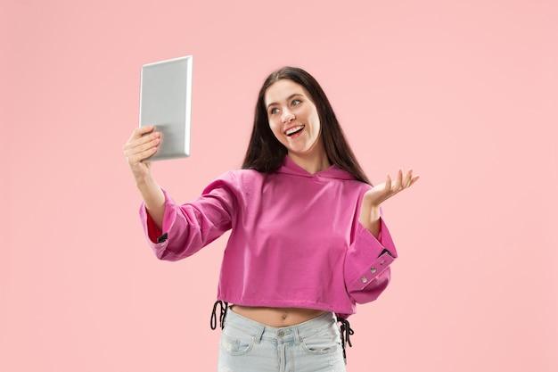 タブレットを持つ若い女性