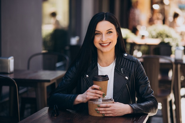 Giovane donna con cibo da asporto dal caffè