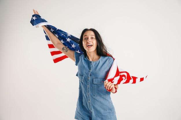 アメリカ合衆国の旗を持つ若い女性