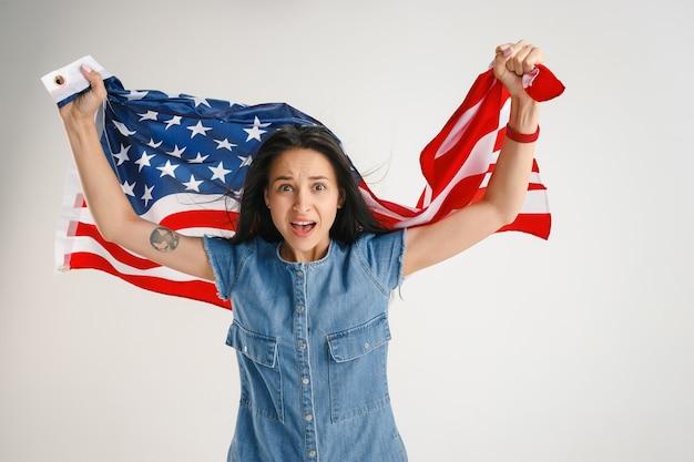 아메리카 합중국의 국기와 함께 젊은 여성