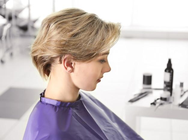 ビューティーサロンでトレンディな髪型の若い女性