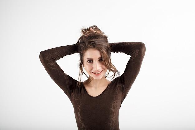 黒の下着を持つ若い女
