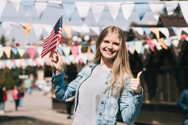 Молодая женщина с флагом сша на фестивале