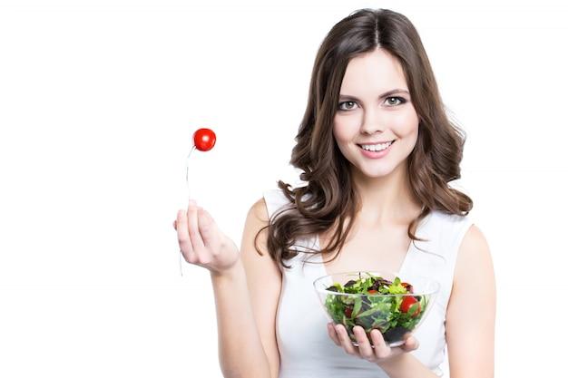 채식 샐러드 야채와 함께 젊은 여성.