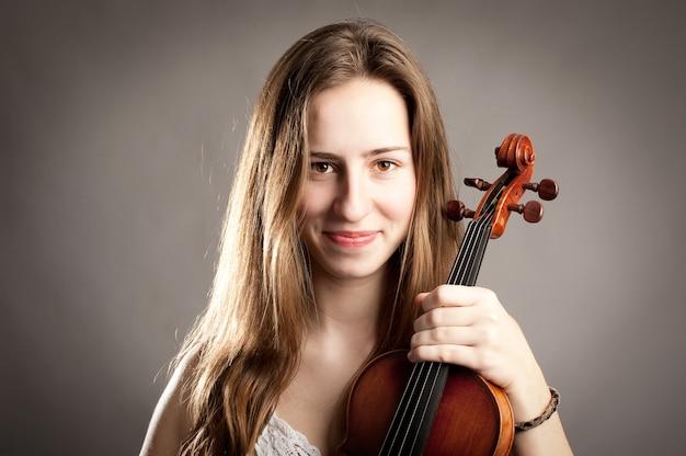 Молодая женщина со скрипкой