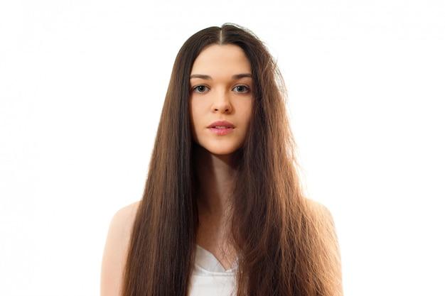 깔끔한 빗질과 문제가 깔끔한 머리를 가진 젊은 여자