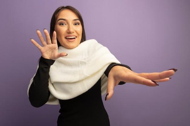 手をつないで笑って白いスカーフを持つ若い女性