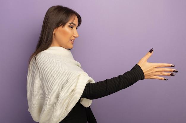 Giovane donna con sciarpa bianca