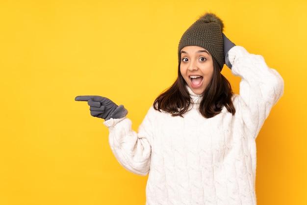 고립 된 겨울 모자와 젊은 여자