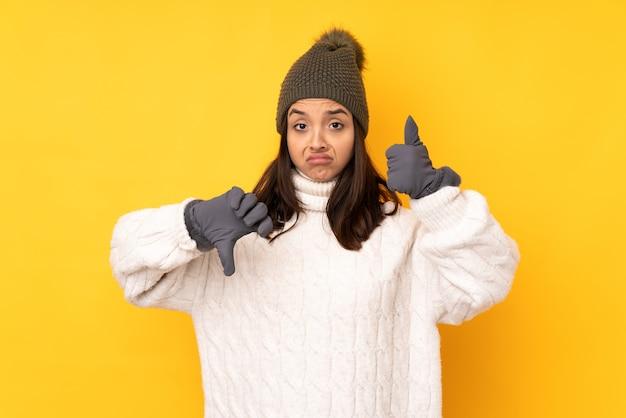 Молодая женщина в зимней шапке изолированы