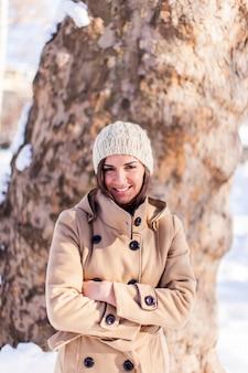 冬の服装の若い女性