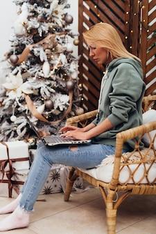 젊은 여성은 집에서 노트북에서 일합니다.