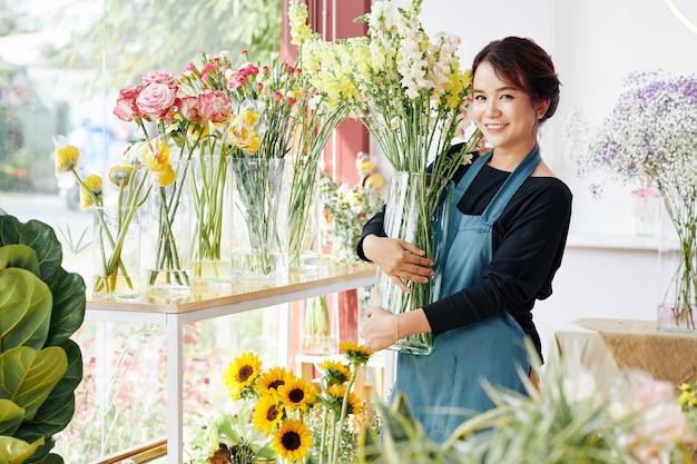꽃 부티크에서 일하는 젊은 여자