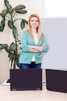 젊은 여자 집에서 일하고 온라인으로 고객과 의사 소통합니다.