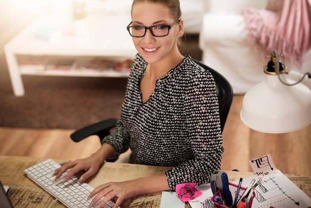 사무실에서 집에서 일하는 젊은 여자