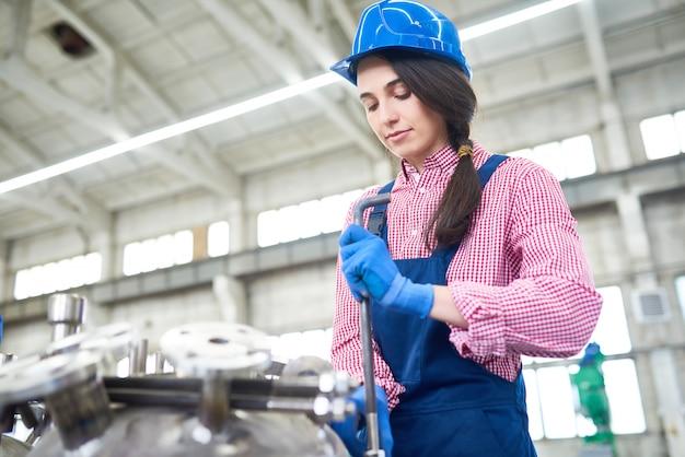 공장에서 일하는 젊은 여자