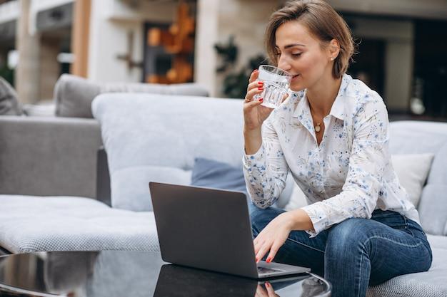 Giovane donna che lavora su un computer a casa