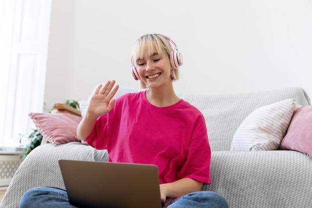 Giovane donna che lavora da casa sul suo laptop