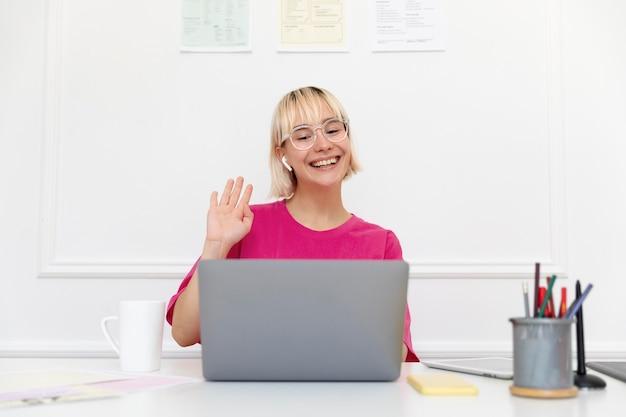 Молодая женщина, работающая дома на своем ноутбуке