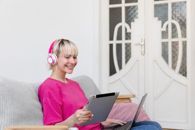 Молодая женщина, работающая из дома